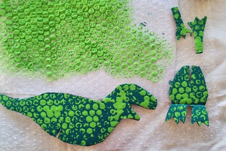 Cardboard Dinosaur - Craft bubble wrap